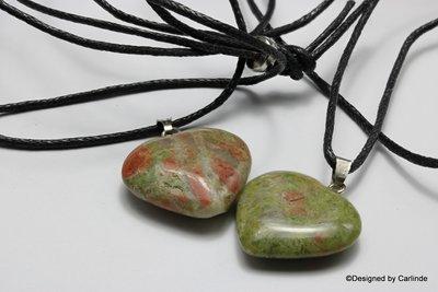 Leuk meerkleurige groen / rode unakiet hartje aan verstelbaar koord c71