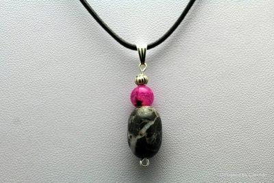 Krachtige talisman Black jaspis en AardbeienQuarz , incl gratis leren halskoord C406